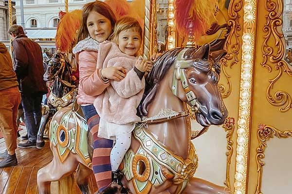 bambine su cavallo giostra