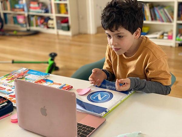 bambino studia con il computer