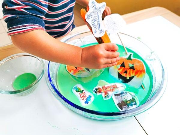 bambino gioca con disegni di halloween