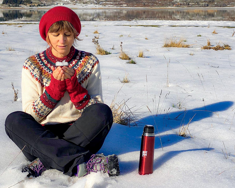 donna mangia la neve